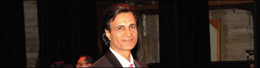 احمد آزاد فقط یک خواننده نیست، برنامه ساز و محقق و جستجوگرست